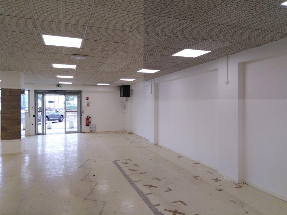 Local commercial à louer - 190.0 m2 - 72 - Sarthe